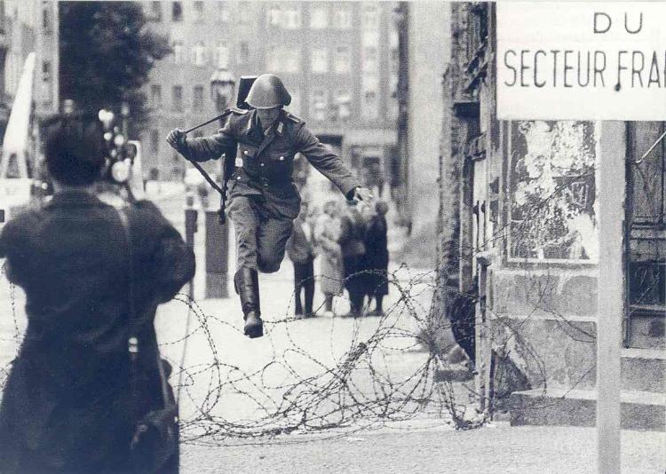 soldado huyendo muro de berlin.jpg